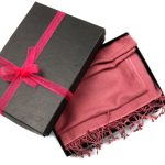 クリスマスにマフラーを贈るのは意味がある?色の意味や渡し方